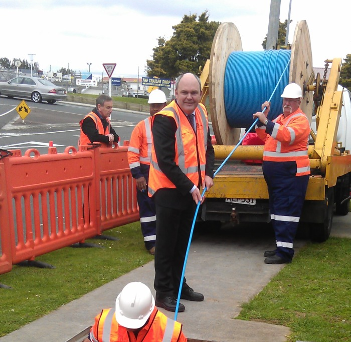 Steven Joyce installing Auckland's first UFB cable - Albany - 24 August 2011